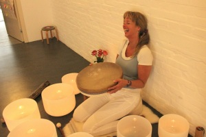 KLANKSCHALEN drum lachen Crystal Yoga WEB